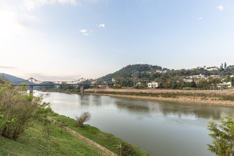 Sikt av den Itajai floden på Blumenau, Santa Catarina royaltyfri fotografi