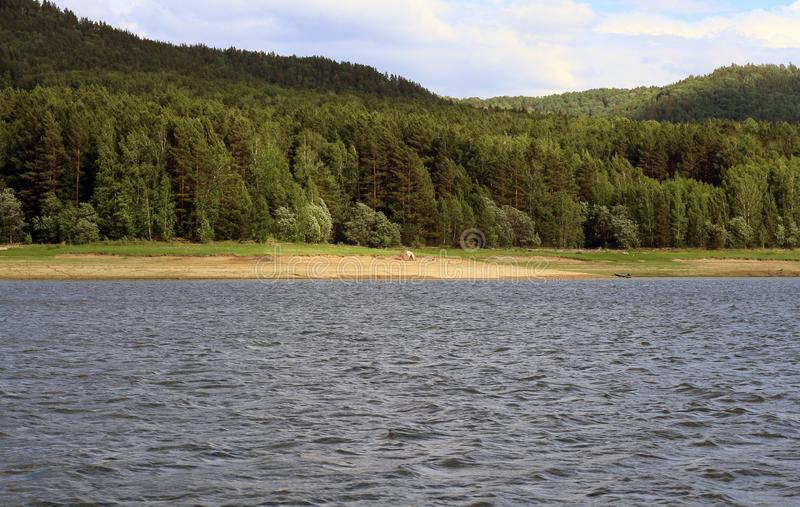 Sikt av den Krasnoyarsk beh?llaren Krasnoyarsk hav royaltyfri bild