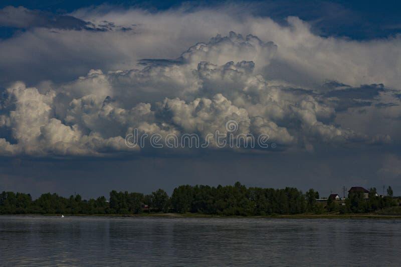 Sikt av den Krasnoyarsk beh?llaren Krasnoyarsk hav royaltyfria bilder