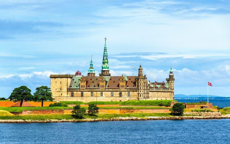 Sikt av den Kronborg slotten från den Oresund kanalen - Danmark royaltyfria bilder