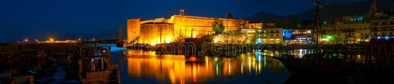 Sikt av den Kyrenia hamnen på natten royaltyfri fotografi