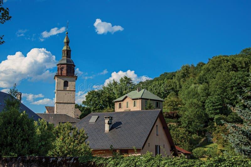Sikt av den kyrkliga kyrktorn i den medeltida byn av Conflans royaltyfri bild