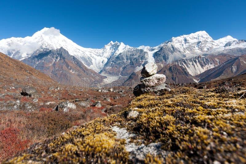 Sikt av den Langtang dalen med Mt Langtang Lirung i bakgrunden, Langtang, Bagmati, Nepal royaltyfria bilder