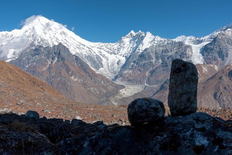 Sikt av den Langtang dalen med Mt Langtang Lirung och Mt Kimshung i bakgrunden, Langtang, Bagmati, Nepal royaltyfri fotografi