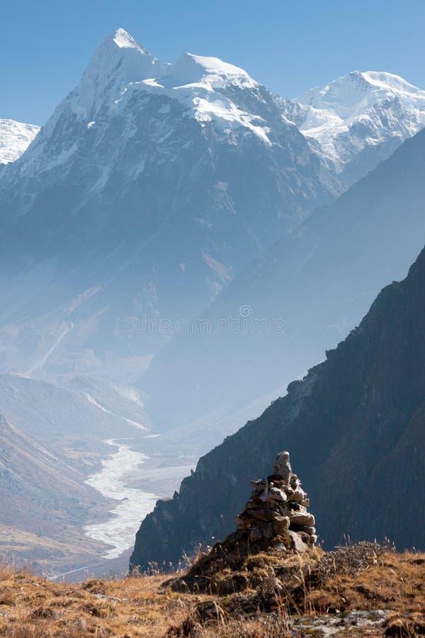 Sikt av den Langtang dalen med Mt Sishapangma i bakgrunden, Langtang, Bagmati, Nepal royaltyfria bilder