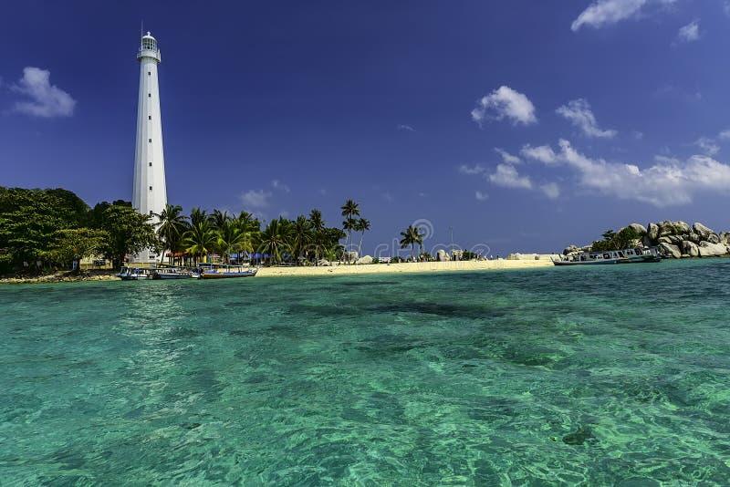 Sikt av den Lengkuas ön med den vita fyren/Belitung-Indonesien royaltyfria bilder