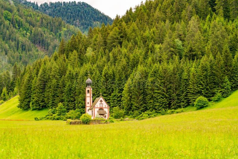 Sikt av den lilla barockkyrkan av St Johannes av Nepomuk royaltyfria foton