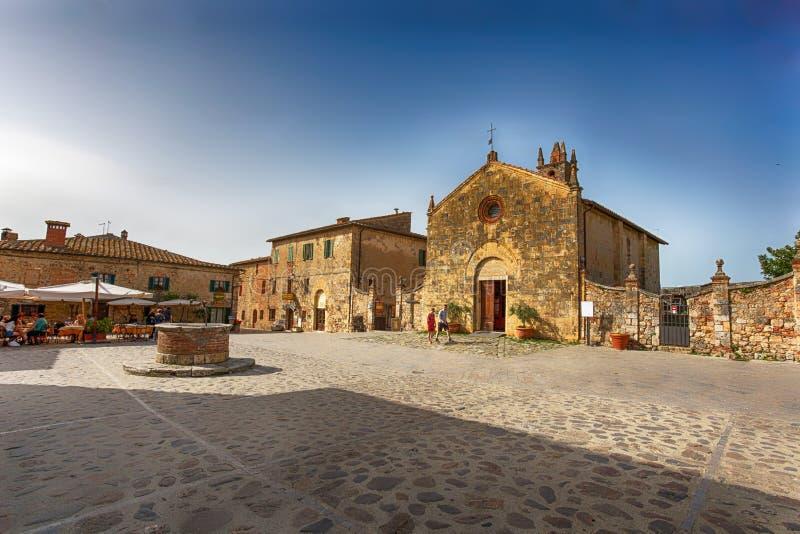 Sikt av den lilla medeltida byn med stenväggar av Monteriggioni i landskap av Siena, Tuscany, Italien royaltyfria bilder