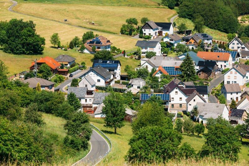 Sikt av den lilla pittoreska byn i Tyskland royaltyfria bilder