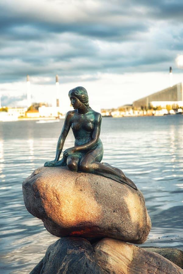 Sikt av den lilla sjöjungfrustatyn i Köpenhamnen Danmark arkivfoton