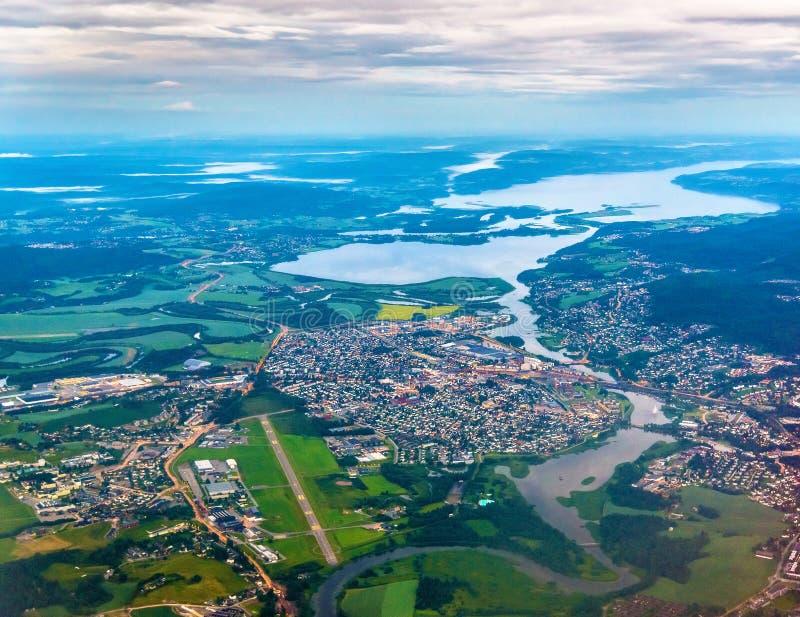 Sikt av den Lillestrom staden från ett flygplan på inställningen till den Gardermoen flygplatsen royaltyfria bilder