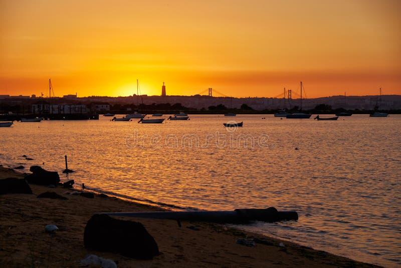 Sikt av den Lissabon staden över Taguset River från banken av Seixal royaltyfria foton