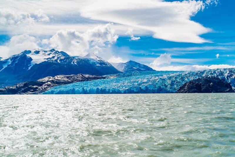 Sikt av den majestätiska blåa isen av glaciärgrå färger på vattnet av sjögrå färger i den Torres del Paine nationalparken royaltyfria foton
