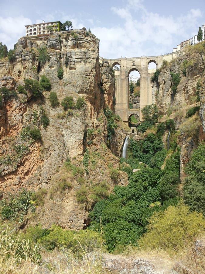 Sikt av den majestätiska bron på Ronda från klyftan royaltyfri fotografi