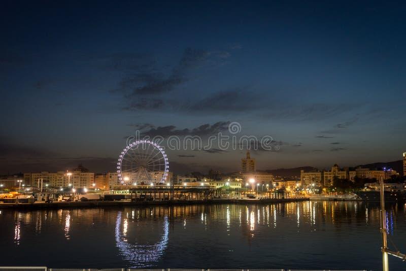 Sikt av den Malaga staden och det jätte- hjulet från hamnen, Malaga, Spanien arkivbilder