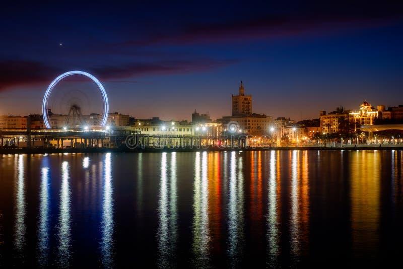 Sikt av den Malaga staden och pariserhjulen från hamnen, Malaga, Spanien royaltyfri fotografi