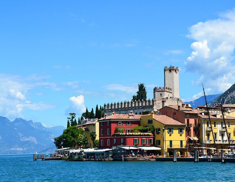 Sikt av den Malcesine byn, Lago di Garda, region Lombardy, Italien royaltyfri bild