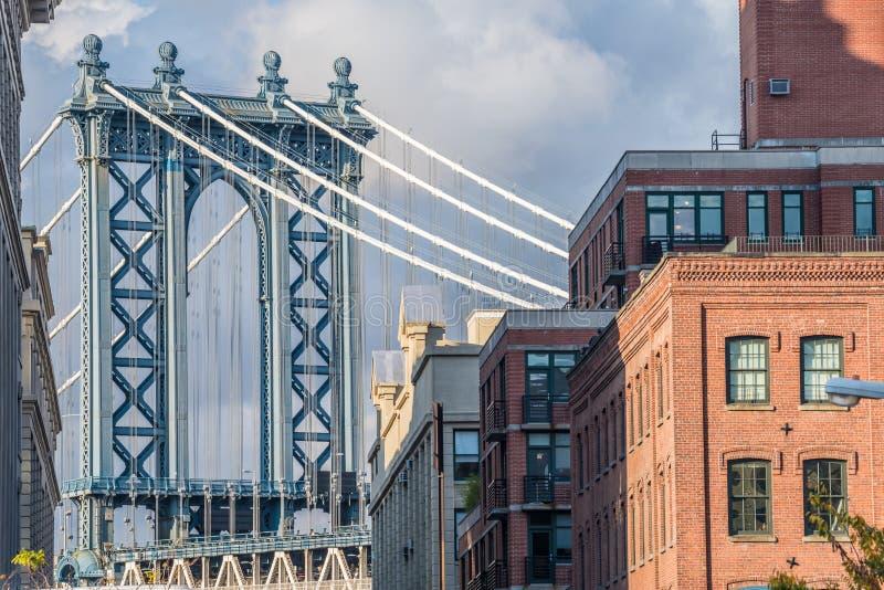 Sikt av den Manhattan bron från det Dumbo området av Brooklyn fotografering för bildbyråer