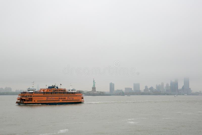 Sikt av den Manhattan horisonten, New York, från färjan till Staten Island, New York arkivfoto