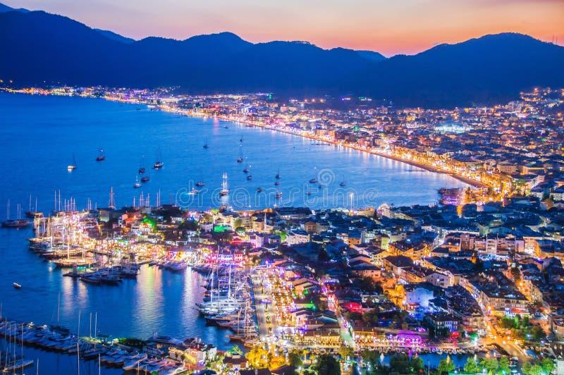 Sikt av den Marmaris hamnen på turk Riviera vid natt arkivfoton