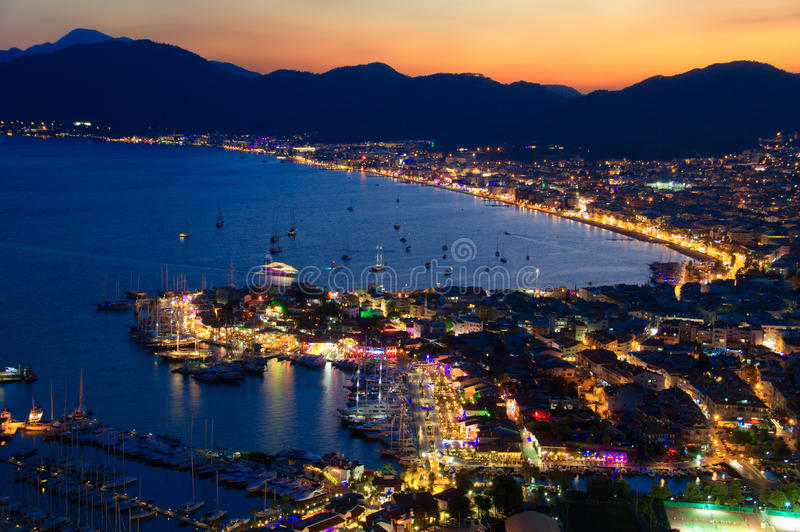 Sikt av den Marmaris hamnen på turk Riviera vid natt royaltyfri fotografi
