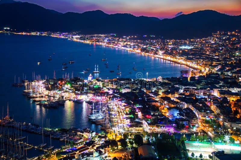 Sikt av den Marmaris hamnen på turk Riviera vid natt royaltyfri bild
