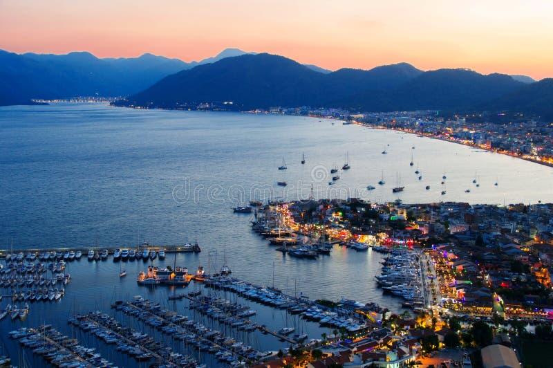 Sikt av den Marmaris hamnen på turk Riviera vid natt royaltyfria foton