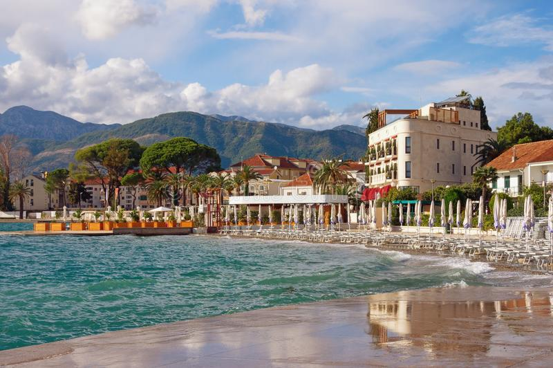 Sikt av den medelhavs- staden av Tivat efter regnet Monteneg arkivfoton