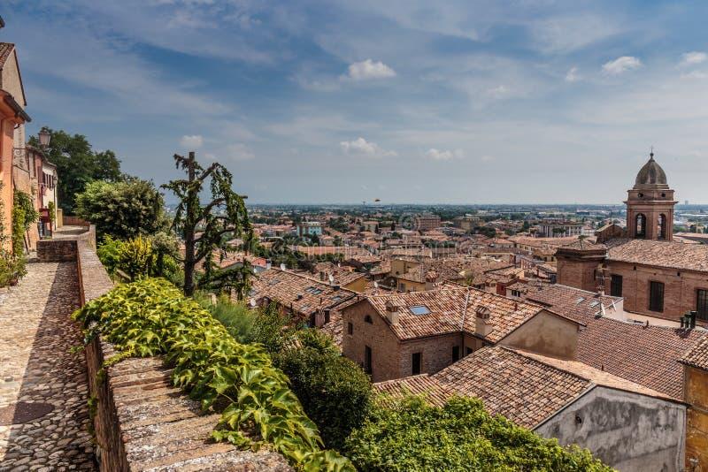 Sikt av den medeltida italienska staden arkivbild