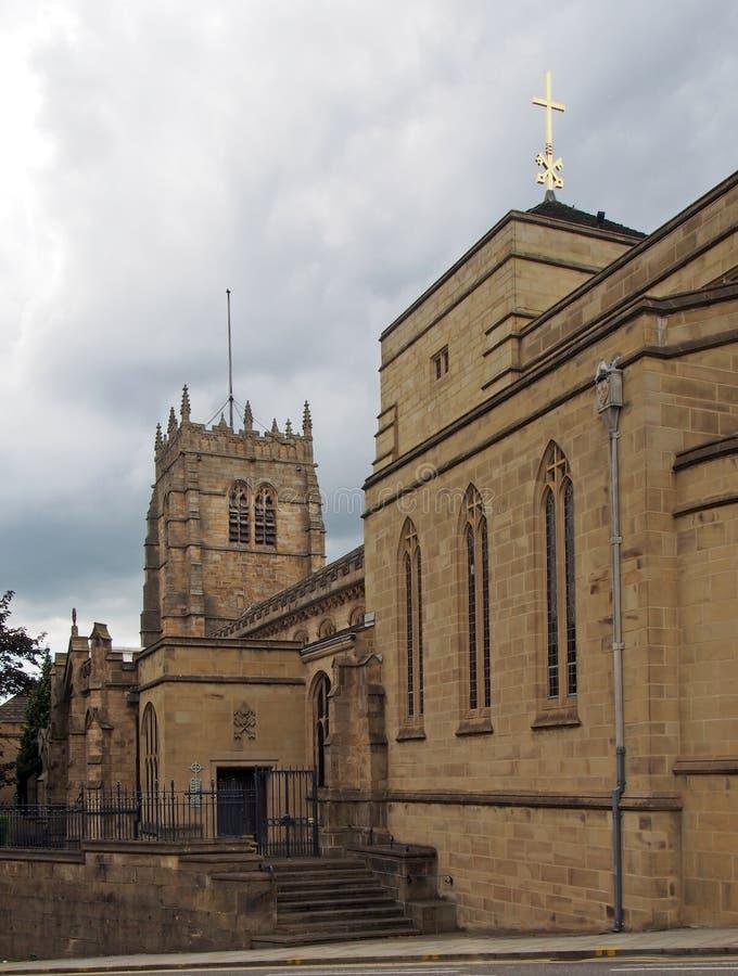 Sikt av den medeltida kyrkan av den bradford domkyrkan i västra - yorkshire med huvudbyggnad och ingången från gatan arkivbilder