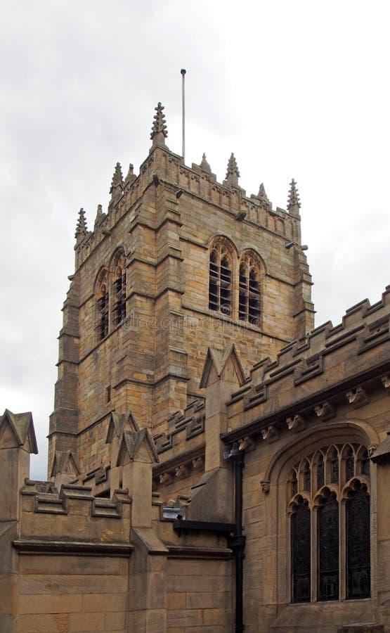 Sikt av den medeltida kyrkan av den bradford domkyrkan i västra - yorkshire tornet och den dekorativa stenhuggeriarbetet arkivfoton