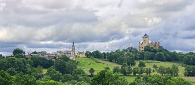 Sikt av den medeltida slotten i fransk by av Mauvezin royaltyfri foto