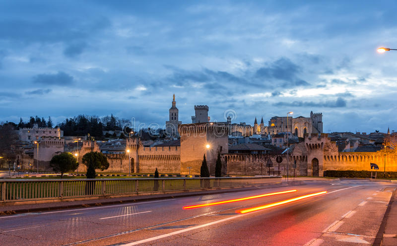 Sikt av den medeltida staden Avignon på morgonen, Frankrike royaltyfria foton