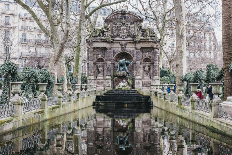 Sikt av den Medici springbrunnen i de Luxembourg trädgårdarna, Paris, Frankrike arkivbilder