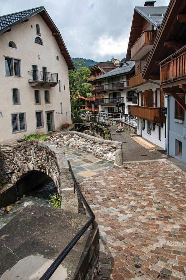 Sikt av den Megève gatan med den lilla bron arkivfoto