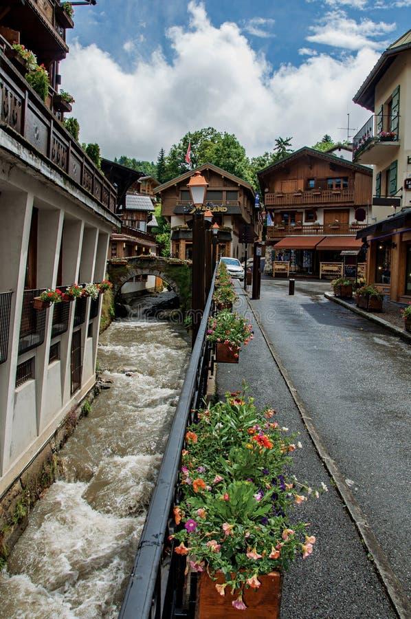 Sikt av den Megève gatan med den lilla bron fotografering för bildbyråer