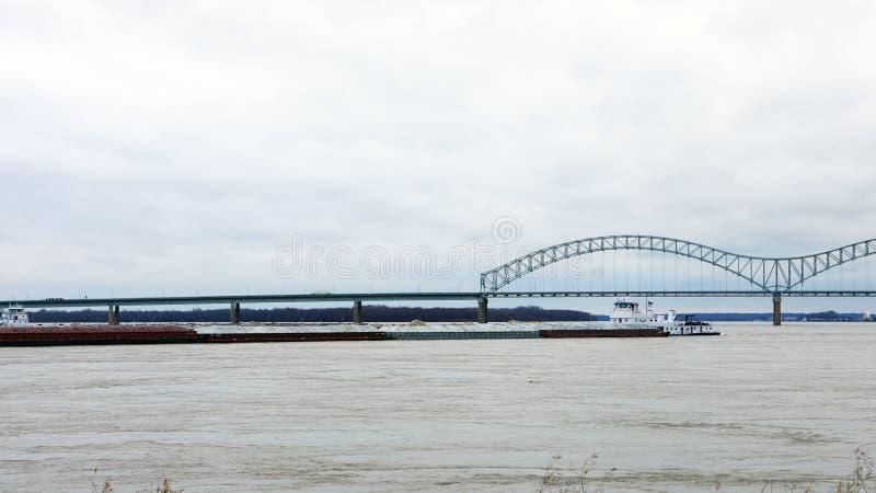 Sikt av den Mississippi River pråm vid Memphis, TN fotografering för bildbyråer