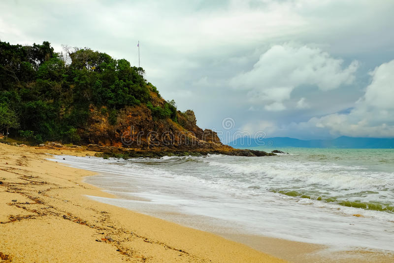 Sikt av den molniga dagen på den tropiska thailändska stranden arkivfoton