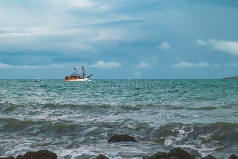 Sikt av den molniga dagen på den tropiska stranden royaltyfri fotografi