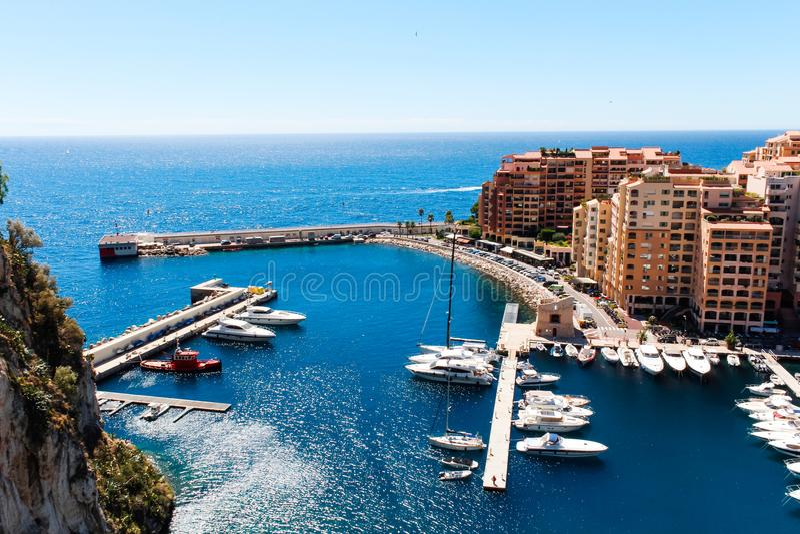 Sikt av den Monaco staden och Fontvieille med fartygmarina i Monaco royaltyfri bild