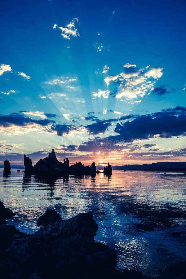 Sikt av den mono sjön i Kalifornien ` s östliga Sierra Nevada Färgrikt soluppgångfoto royaltyfri bild