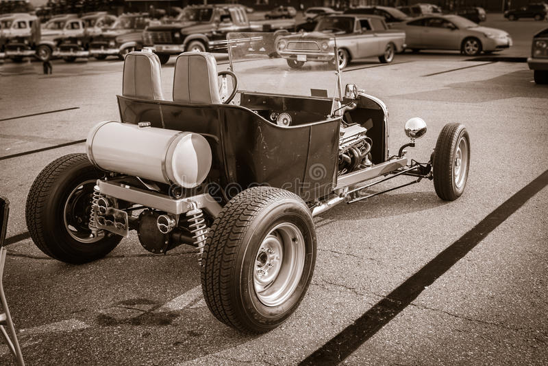 sikt av den monokromma gamla klassiska klassiska retro bilen för varm stång royaltyfria foton
