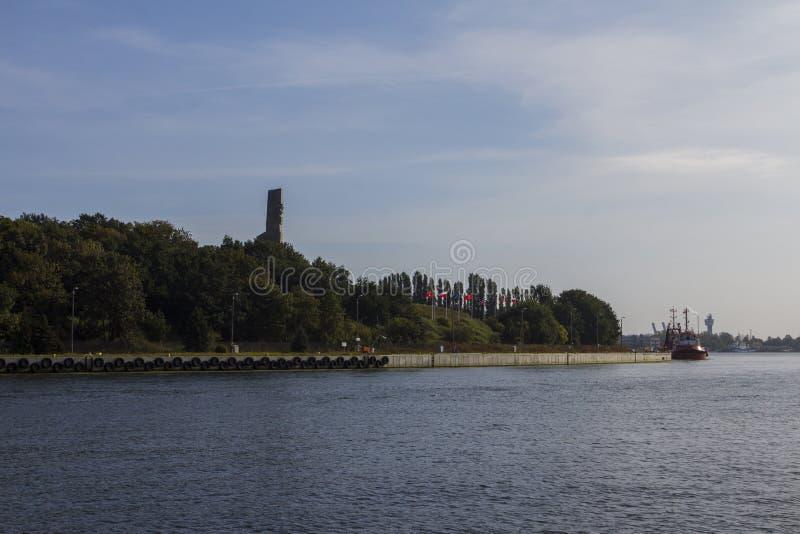 Sikt av den Motlava floden och den Westerplatte minnesmärken i Gdansk poland arkivfoto
