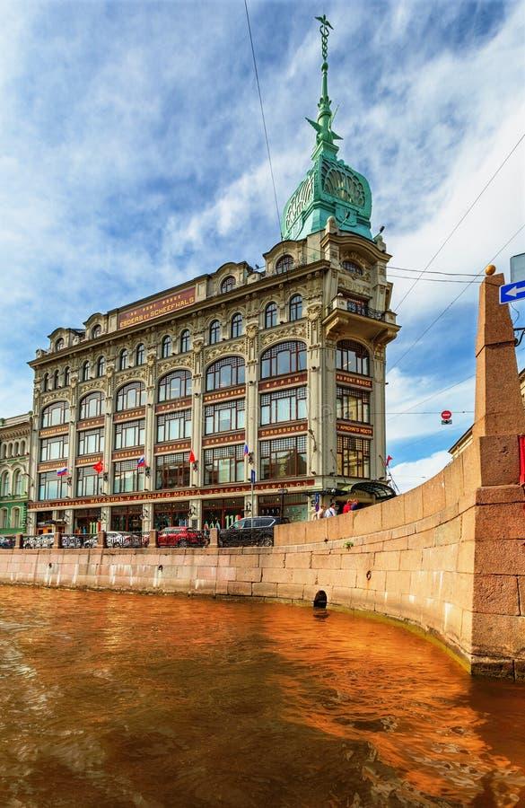 Sikt av den Moyka floden och den Esders och Scheefhaals byggnaden royaltyfri fotografi
