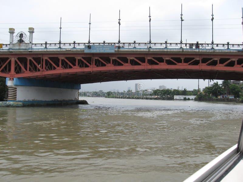 Sikt av den Nagtahan bron över den Pasig floden, Manila, Filippinerna arkivfoto