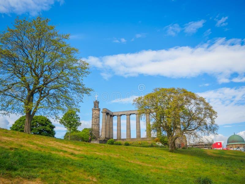 Sikt av den nationella monumentet av Skottland och Nelson Monument, på den Calton kullen i Edinburg arkivfoton