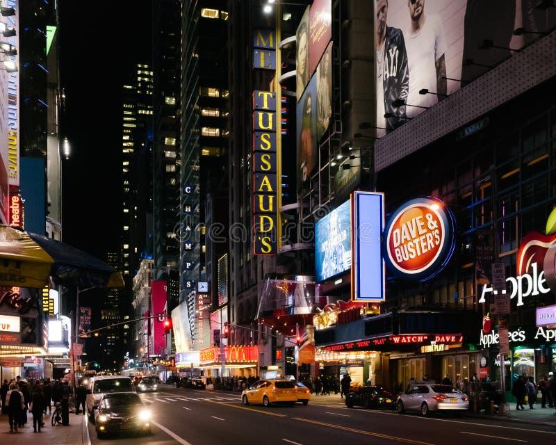 Sikt av den 42nd gatan på natten, i Manhattan, nära Time Square royaltyfri bild