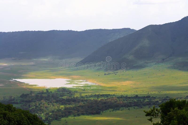 Sikt av den Ngorongoro krater Sjön är inom krater Tanzania Afrika arkivfoton