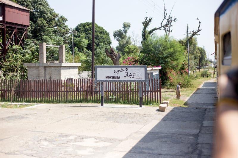 Sikt av den Nowshera järnvägsstationen och stället av gästfrihet royaltyfri bild