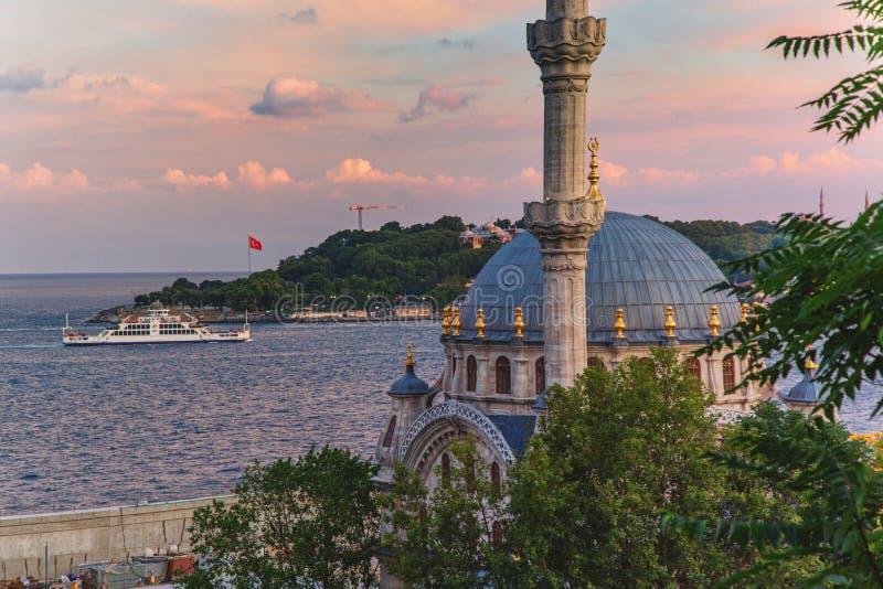 Sikt av den Nusretiye moskén i det Beyoglu området av Istanbul arkivfoto